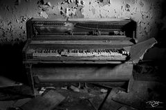 Piano, photos, pictures, black, white, decay, abandoned, keys, peeling paint, dramatic light, urbex, ruins, reclamation, forgotten, music, instrument, dramatic