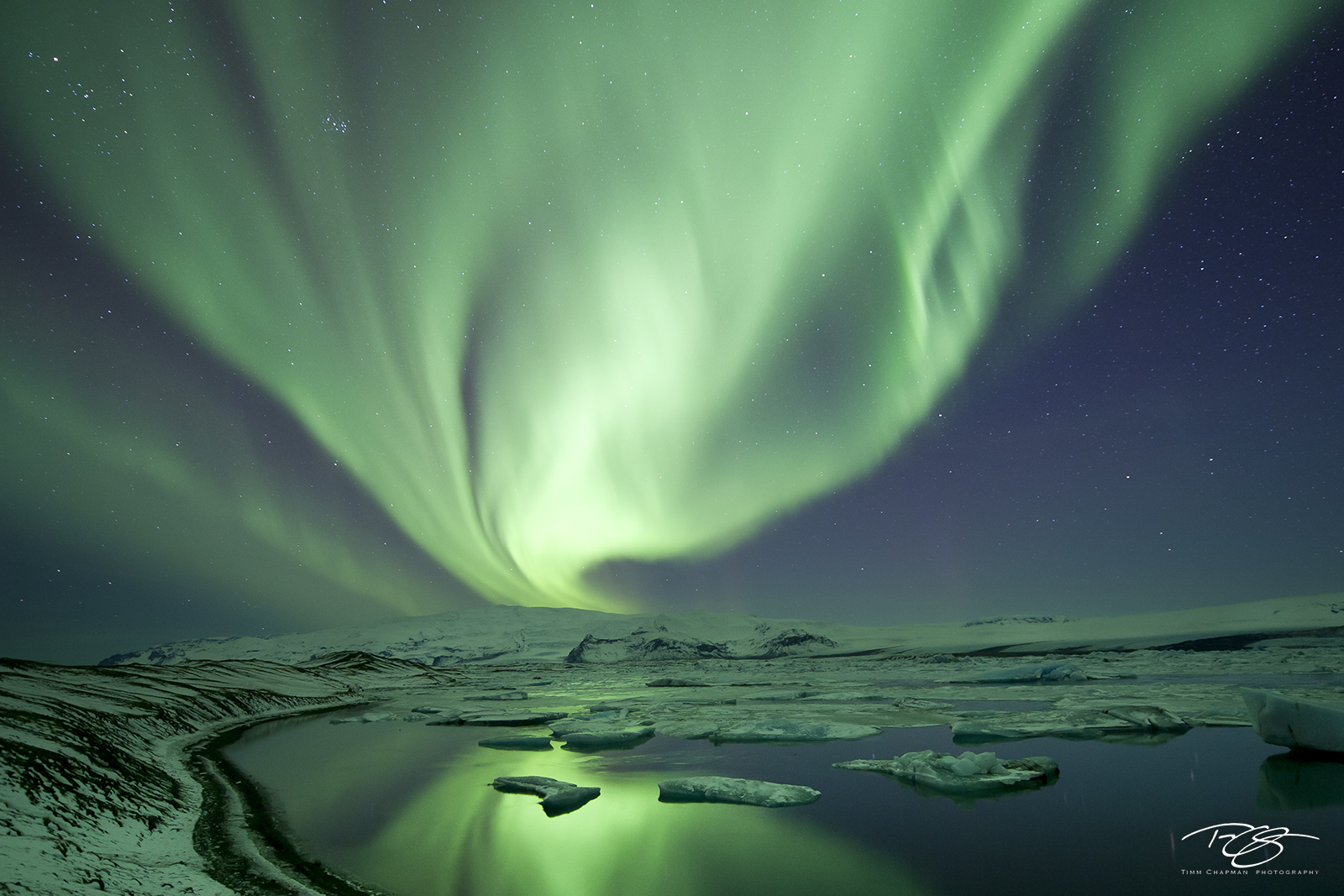 iceland, aurora, borealis, ribbon of light, jokulsarlon, Jökulsárlón, glacier lagoon, mountains, reflection, water, green, violet, stars, northern lights, spirit, coronal mass ejection, solar flare, photo