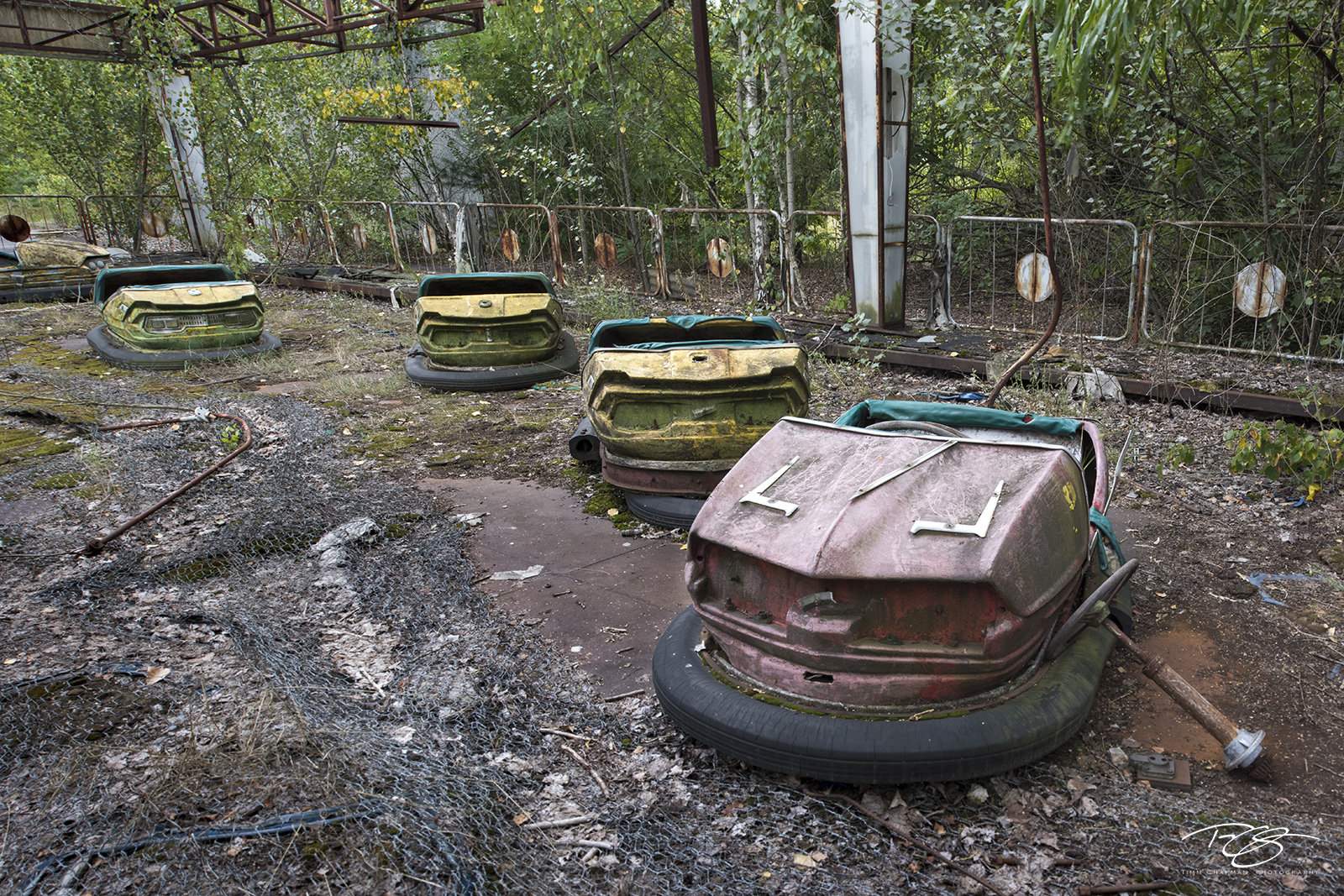 chernobyl, chornobyl, pripyat, exclusion zone, abandoned, forgotten, wasteland, radioactive, decay, peeling paint, moss, reclamation, bumper car, dodgem, amusement park, dodge em, yellow, red, fair, s, photo