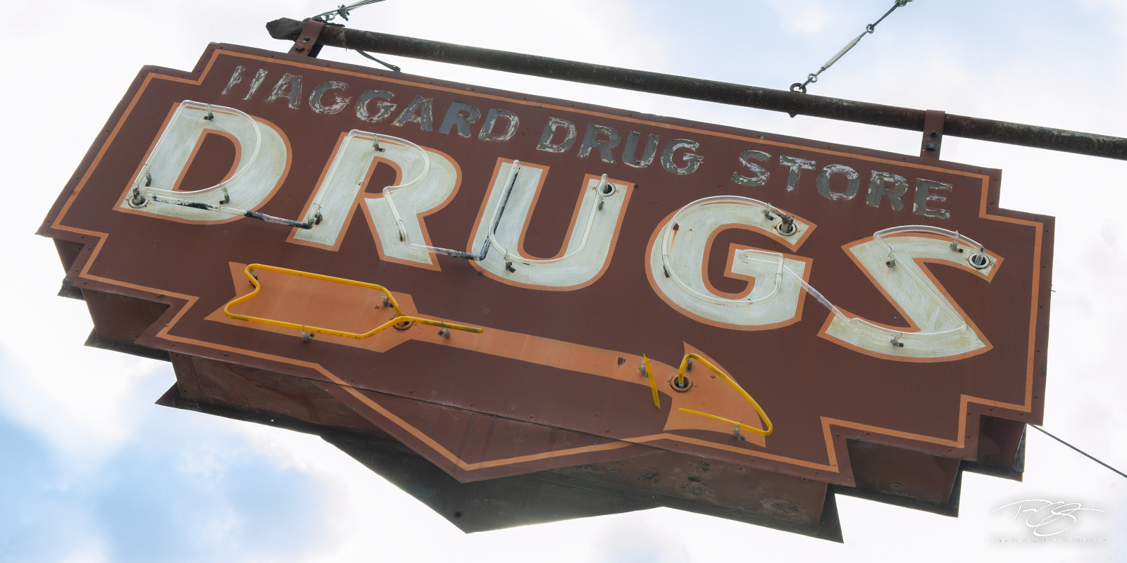 haggard drug store, haggard drugs, drugs, neon sign, neon, sign, rusty, vintage sign, arrow, mississippi, clarksdale, panorama, rust, peeling paint, orange, photo