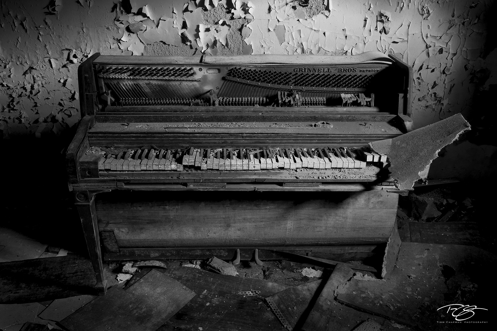 Piano, photos, pictures, black, white, decay, abandoned, keys, peeling paint, dramatic light, urbex, ruins, reclamation, forgotten, music, instrument, dramatic, photo