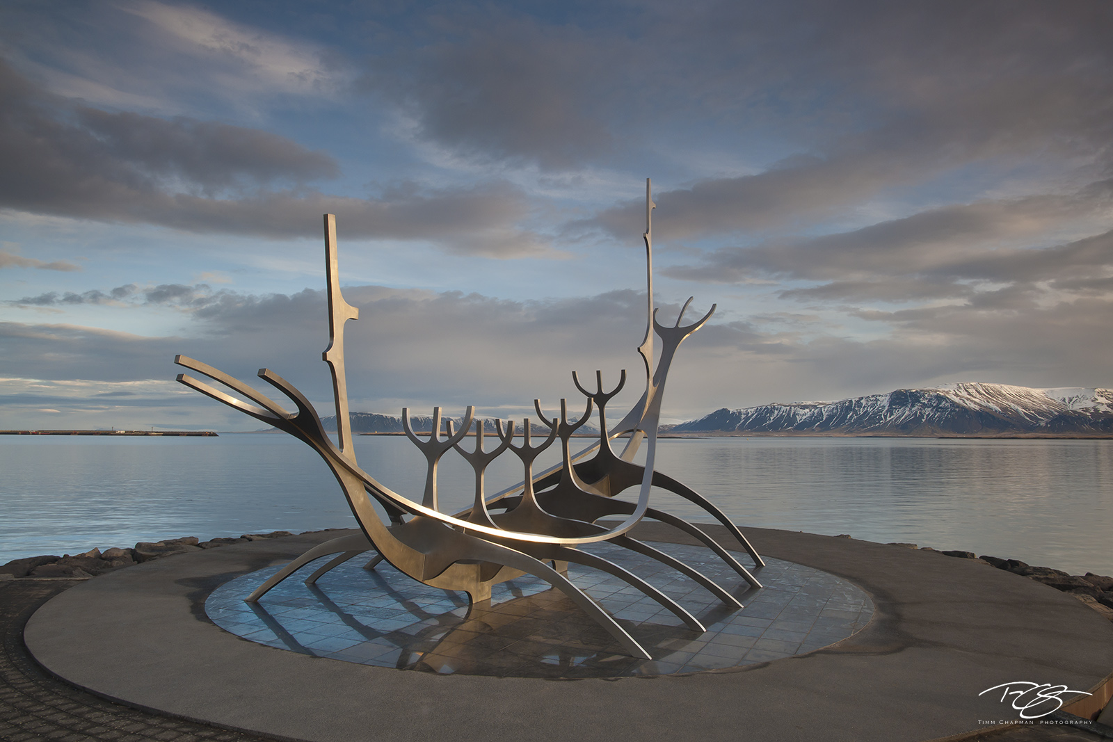 Jón Gunnar Árnason, Sun Voyager, voyageur, ode to the sun, undiscovered territory, Sæbraut, Reykjavík, Iceland, Sólfar, solfar, sculpture, golden light, morning, dawn, viking, photo